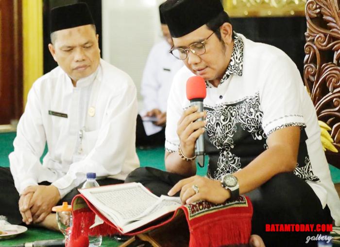 Bupati Bintan Apri Sujadi mengaji di Masjid Raya Nurul Iman Bintan Timur