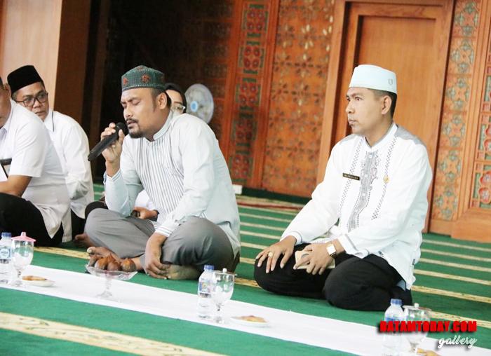 Salah satu pengajar di rumah tahfiz Bintan saat menghafap Al-Qur`an