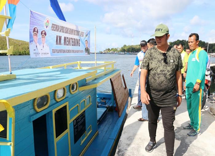Bupati Bintan menyerahkan bantuan pompong kepada nelayan Tambelan
