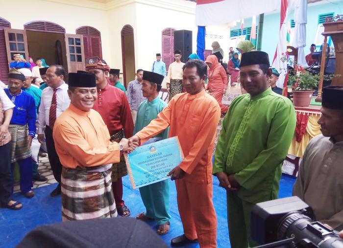 Wakil Bupati Bintan Dalmasri Syam menyerahkan bantuan kepada masyarakat Tambelan