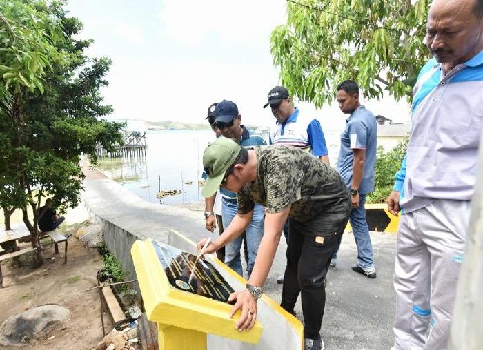 Bupati Bintan menandatangani parasasti pembangunan di Tambelan