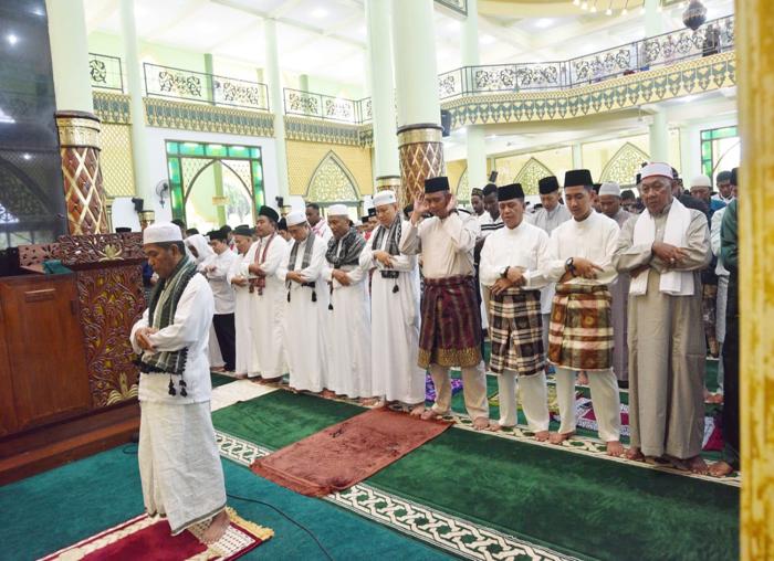 Bupati Bintan, Apri Sujadi Sholat idul fitri bersama masyarakat Kabupaten Bintan, di Masjid Nurul Iman Kijang