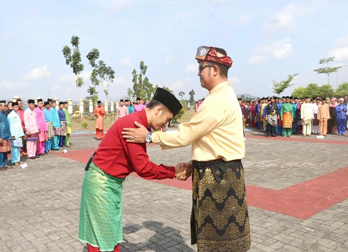Apri Sujadi saat memberikan salam kepada inspektur upacara saat upacara HUT Provinsi Kepulauan Riau ke-16