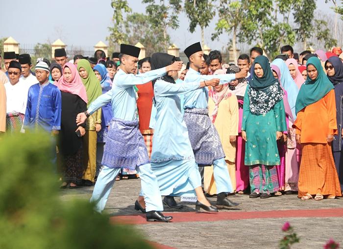 Paskibraka dalam upacara HUT Provinsi Kepulauan Riau ke-16 di Halaman Kantor DPRD Bintan