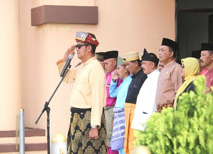 Bupati Bintan Apri Sujadi Saat memipin upacara HUT Provinsi Kepulauan Riau ke-16 di Halaman Kantor DPRD Kepri