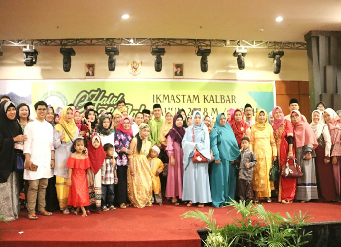 Bupati Bintan, Apri Sujadi foto bersama masyarakat Tambelan dan Kalimantan  Barat (Kalbar)
