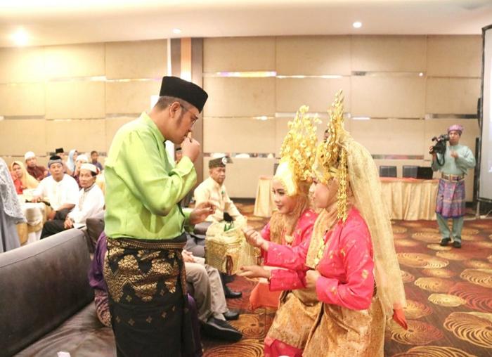 Bupati Bintan, Apri Sujadi mencicipi kapur sirih yang disuguhkan penari