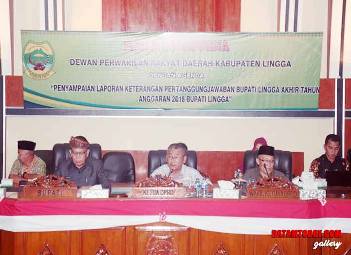 Ketua DPRD Lingga, Riono saat memimpin jalannya sidang Paripurna bersama wakil Ketua I H. Kamaruddin Ali dan Bupati Lingga