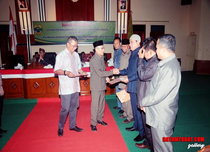 Ketua DPRD Lingga ditemani Wakil Ketua I menyerahkan LKPJ yang diterima kepada lima Fraksi