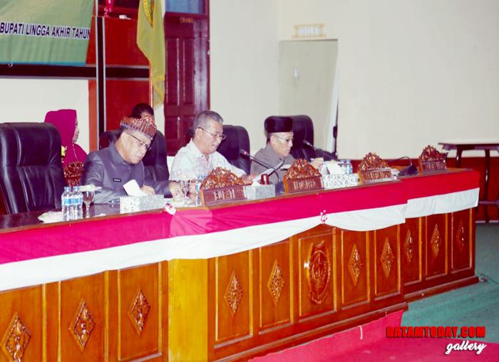 Bupati, Ketua DPRD dan Wakil Ketua I DPRD Lingga saat mendengar laporan kehadiran anggota DPRD dari Sekwan