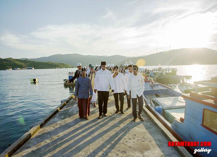 Bupati Kabupaten Kepulauan Anambas beserta rombongan saat tiba di pelabuhan Desa Batu Belah Kecamatan Siantan Timur