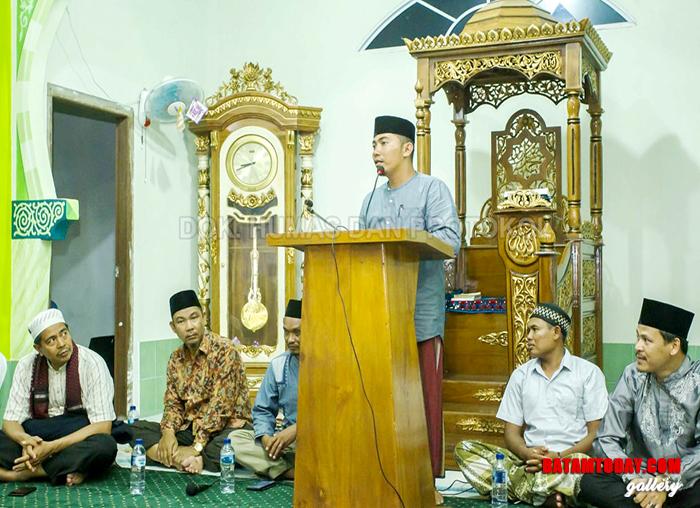 Perwakilan masyarakat desa saat menyampaikan sambutan saat safari Ramadan