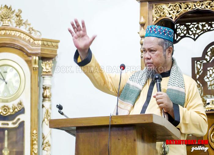 Penceramah saat mengisi siraman rohani di masjid yang ada di Desa Batu Belah Kecamatan Siantan Timur
