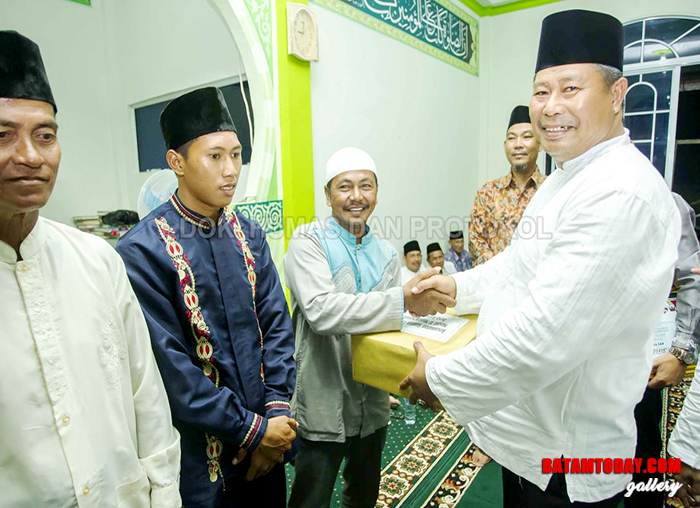 Bupati Kabupaten Kepulauan Anambas Abdul Haris saat memberikan bantuan secara simbolis kepada perwakilan masyarakat desa
