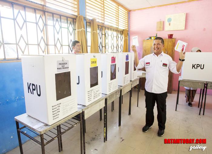 Wan Zuhendra memperlihatkan surat suara, pertanda dirinya menggunakan hak pilih di TPS Kelurahan Tarempa