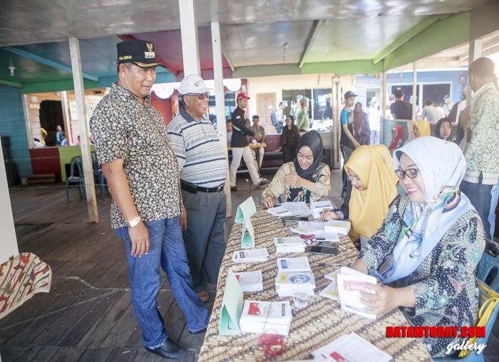 Abdul Haris berbincang dengan KPPS terkait antusias masyarakat menggunakan hak pilih