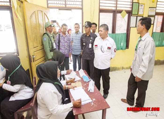 Wan Zuhendra berbincang dengan petugas KPPS terkait partisipasi pemilih pada Pemilu 2019