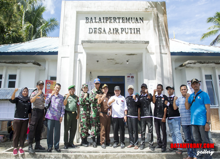 Wan Zuhendra foto bersama dengan perwakilan Instansi Vertikal usai meninjau proses Pemilu di Desa Air Putih