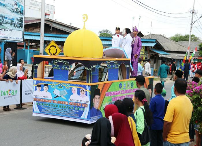 Mobil hias yang membawa piala bergilir MTQ Kabupaten Bintan