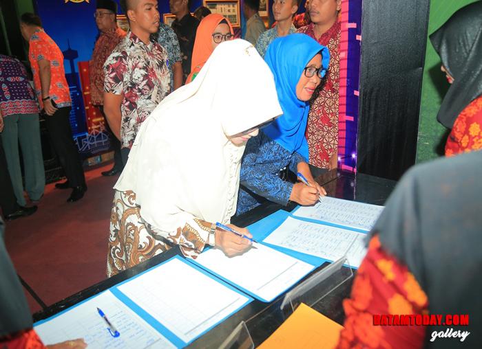 Anggota DPRD Anambas, Hj Tetti Hadiati saat mengisi daftar hadir acara Musrenbang