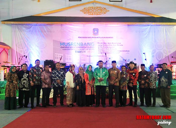 Foto bersama antara DPRD Anambas dengan jajaran Pemkab Anambas dan tamu undangan