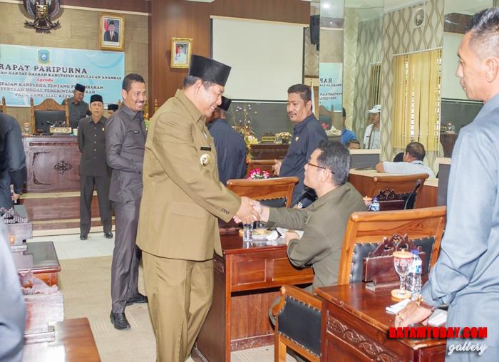 Rocky H Sinaga, Anggota DPRD Fraksi Golkar bersalaman dengan Bupati
