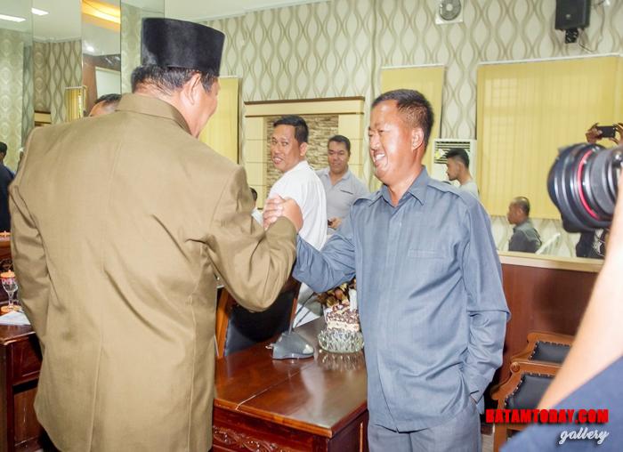 Anggota DPRD Fraksi Hanura, Julius bersalaman dengan Bupati