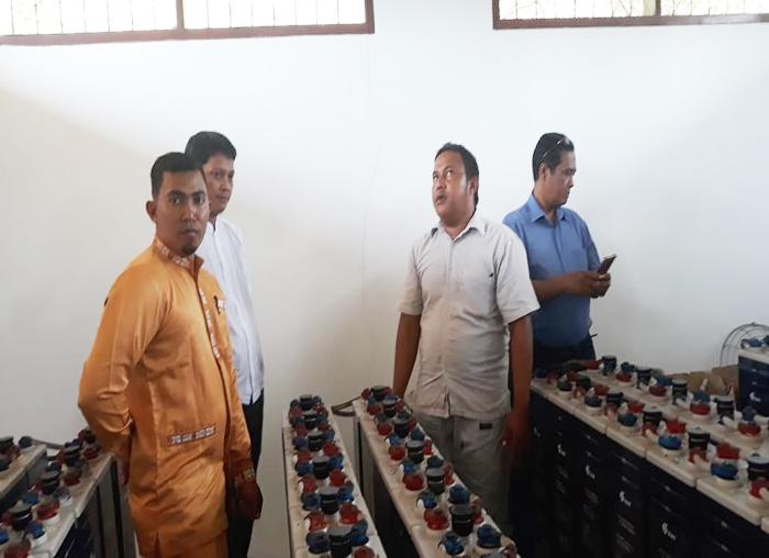 Anggota DPRD Anambas, M Da`i dan Raja Bayu dan perangkat desa mengecek kondisi perangkat PLTS desa Batu Belah