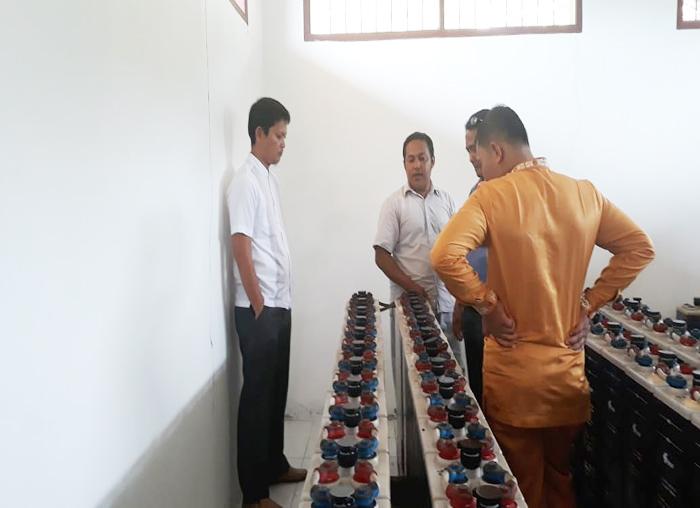 DPRD Anambas melihat kondisi perangkat PLTS desa Batu Belah bersama perangkat desa
