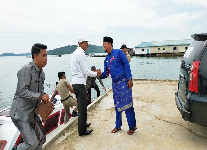 Plt Camat Palmatak, Redo menjamu rombongan Ketua DPRD dipelabuhan Palmatak sebelum meninjau proyek pembangunan jalan