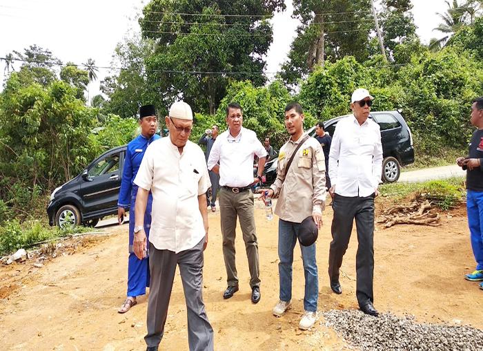 Rombongan DPRD Anambas saat meninjau proyek pembangunan jalan di Palmatak