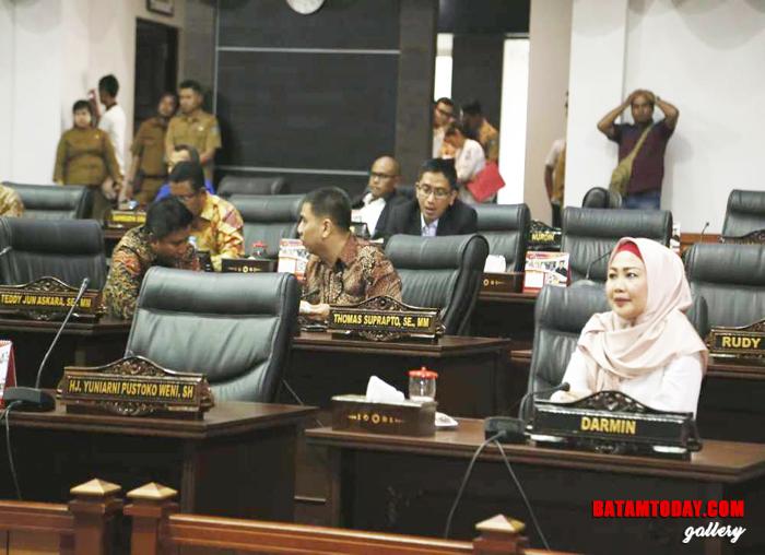Anggota DPRD Kepri  hadir dalam paripurna pembentukan pansus ranperda bangunan berciri khas melayu