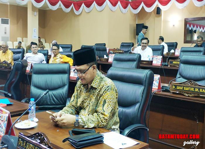 Anggota DPRD Kepri Surya Makmur Nasution dan Ruslan SH dalam sidang Paripurna DPRD Kepri