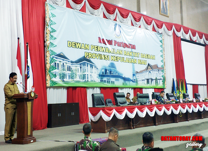 Gubernur Kepri Nurdin Basirun saat menyampaikan Pidato Pengantar Penyapaian RPJMD APBD 2018 ke DPRD Kepri