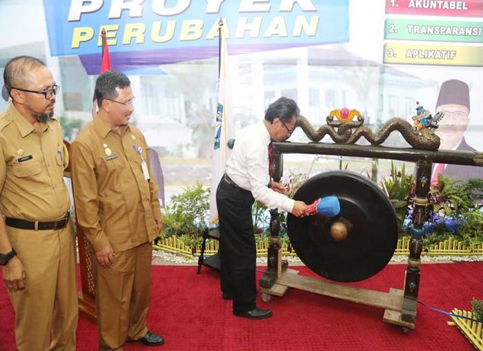 Ketua DPRD Kepri Jumaga Nadeak memukul gong sebagai  simbol diluncurkannya proyek perubahan SIAPEK