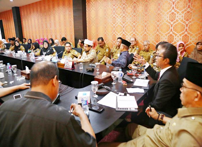 Ketua DPRD Kepri Jumaga Nadeak memberikan masukan