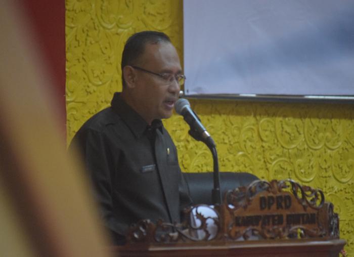 Sekwan Bintan, Edi Yusri saat membacakan laporan dalam rapat paripurna.