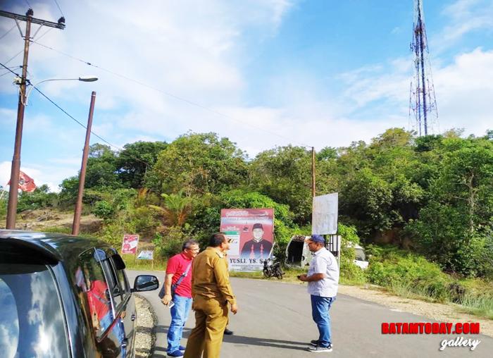 Perwakilan Telkom di Tanjungpinang bersama SPV Plaza Telkom di Tarempa saat berbincang di tepi jalan
