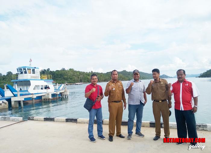 Perwakilan Telkom, Diskominfo dan Camat Palmatak saat sesi foto bersama di pelabuhan Roll On Roll Off