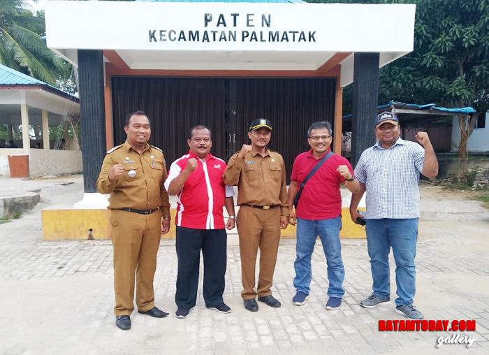 Rombongan saat berada di kantor Camat Palmatak