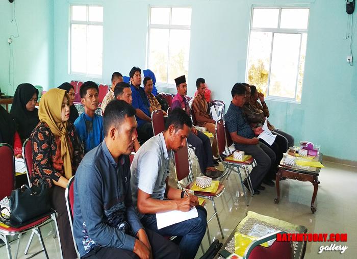 Aparatur desa dan kecamatan yang ada di Jemaja saat mengikuti sosialisasi PPID