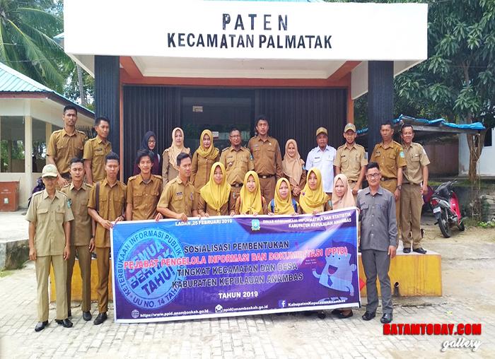 Sesi foto bersama antara perwakilan Diskominfotik bersama perwakilan aparatur desa dan kecamatan di Palmatak