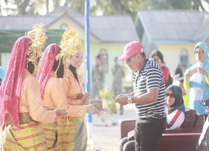 Camat Binsir, Zulkhairi saat menjamah sirih di pembukaan Event Eco Mapur Run 2018
