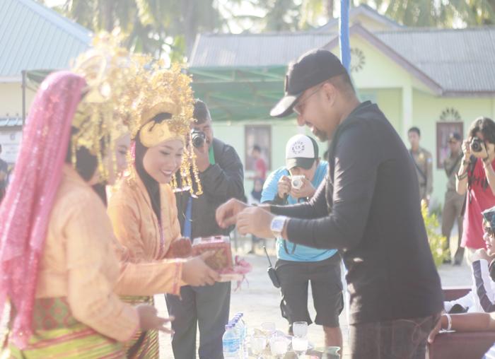 Kadispar Bintan, Luki Zaiman Prawira saat menjamah sirih di pembukaan Event Eco Mapur Run 2018