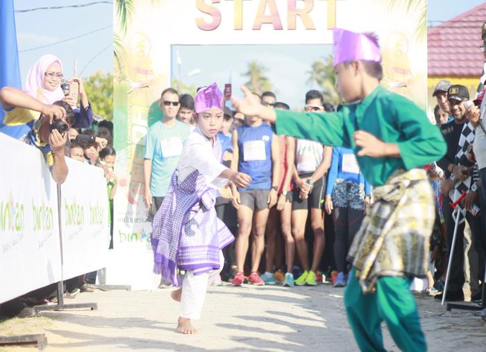 Atraksi pencak silat yang di bawakan anak anak Desa Mapur sebelum atlit Event Eco Mapur Run 2018 dilepas dari start
