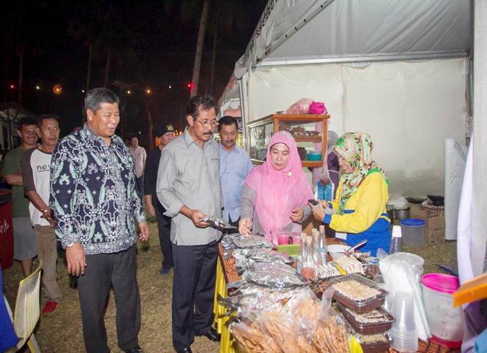 Gubernur Kepri didampingi Bupati Kabupaten Kepulauan Anambas mengunjungi stan yang didirikan oleh Dinas Pariwisata untuk memeriahkan Festival Padang Melang