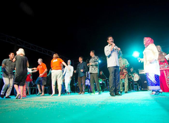 Gubernur Kepri bernyanyi dan diikuti Bupati Kabupaten Kepulauan Anambas menari pada malam pembukaan Festival Padang Melang