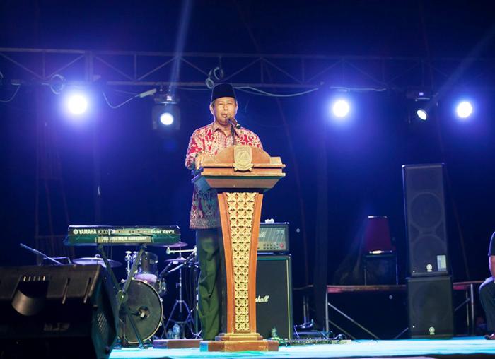 Bupati Kabupaten Kepulauan Anambas memberikan kata sambutan pada penutupan Festival Padang Melang