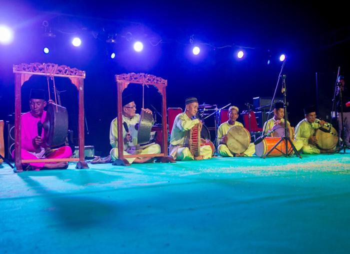 Pertunjukan Mendu yang dimainkan para tetua Pulau Jemaja Pertunjukan Mendu yang dimainkan para tetua Pulau Jemaja