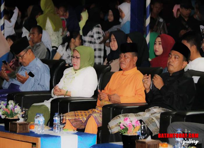 Wakil Bupati Bintan Dalmasri Syam sedang menyaksikan penampilan peserta Festival Tari Bintan 2019